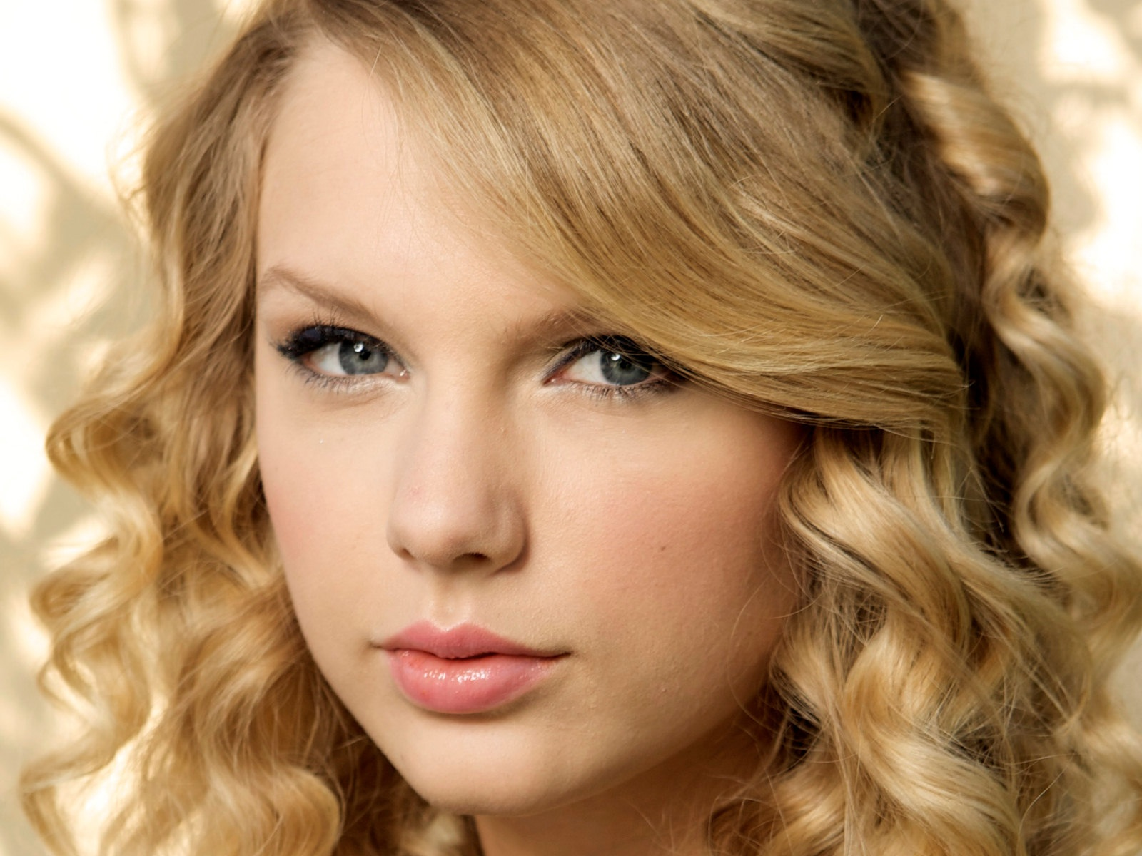 http://2.bp.blogspot.com/-miY-hSt7wc0/T8NqOs-TpqI/AAAAAAAAALY/j-in6pSeFE0/s1600/Taylor+Swift+wallpapers+2.jpg