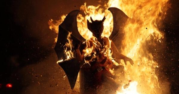Diablo de papel en llamas