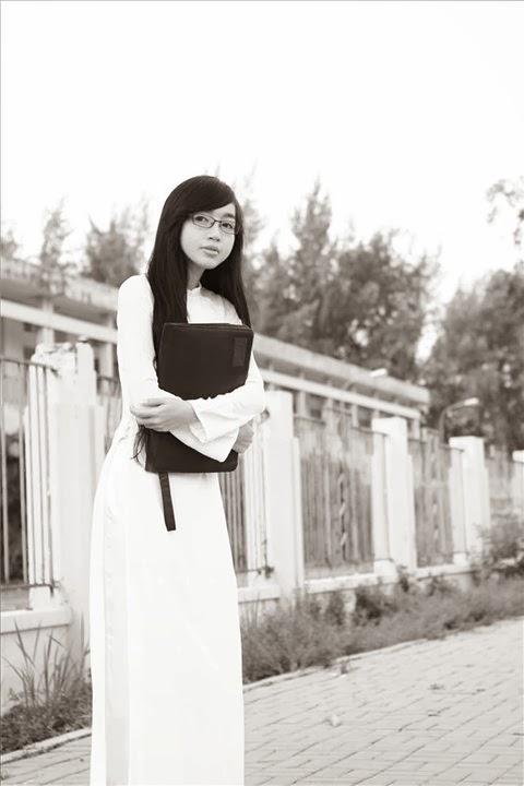 Elly Trần thỏ non cùng áo dài trắng