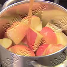 نضيف إلى التفاح عصير الليمون حتى نحفظه فى الثلاجة