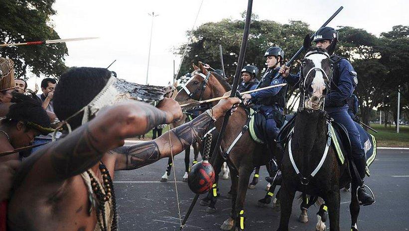 ÍNDIOS BRASILEIROS ENFRENTAM POLICIAIS EM BRASÍLIA