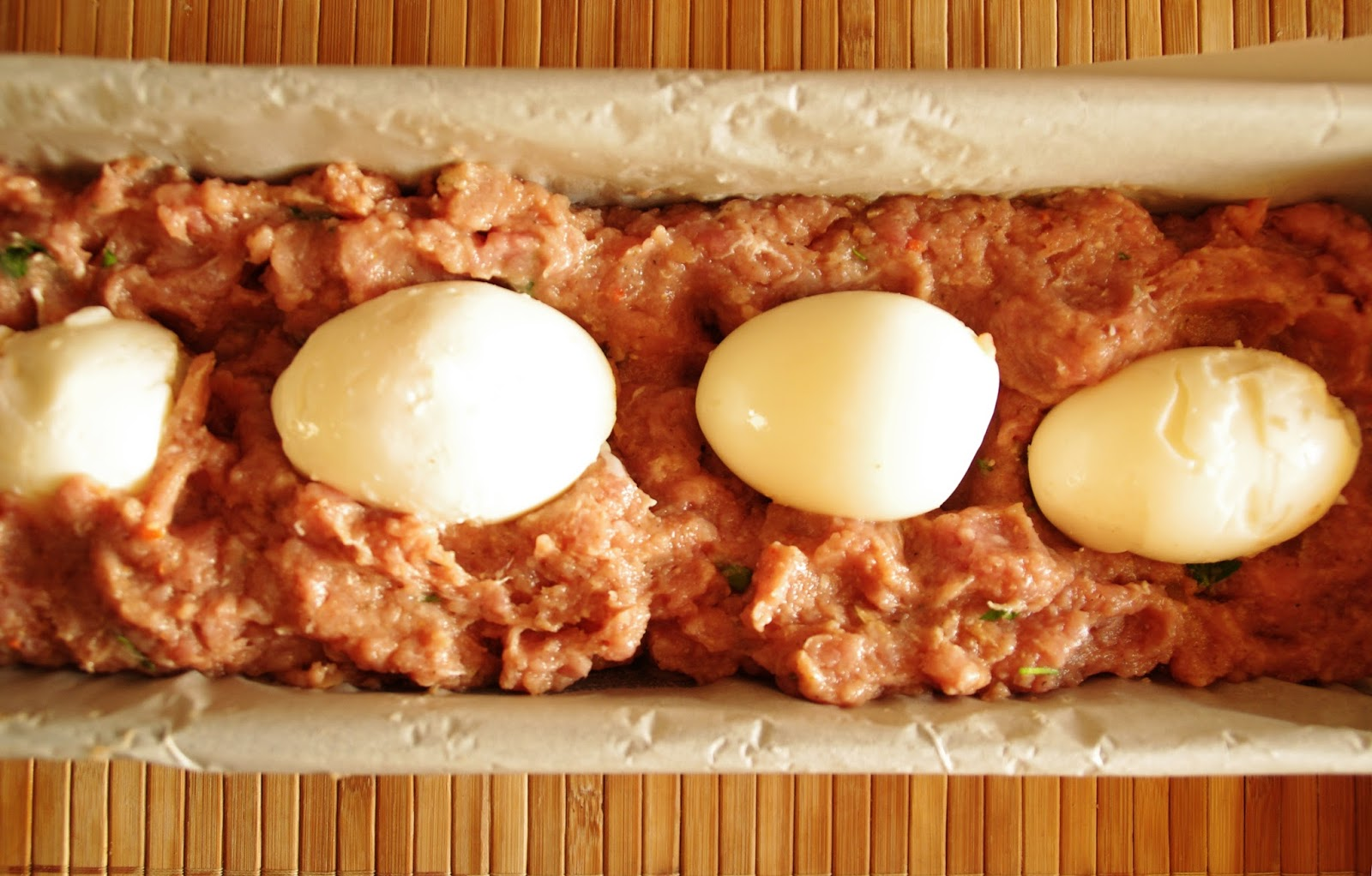 carne picada rellena de huevo duro