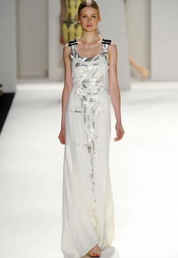 Бяла рокля с широки презрамки и сребърна украса на Carolina Herrera