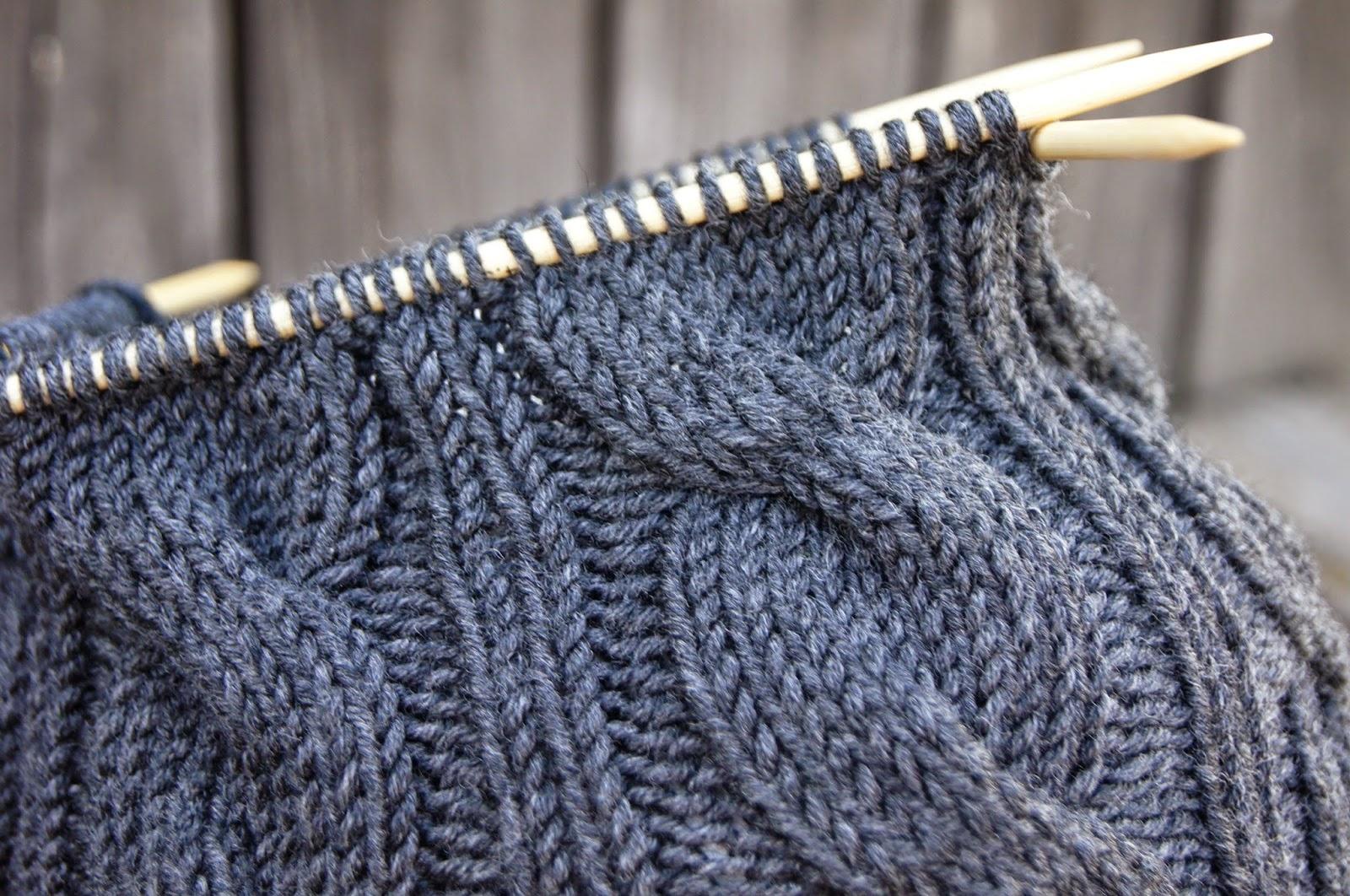 Das Zopfmuster ist der Klassiker unter den Strickmustern. Hier erfahrt Ihr, wie man ein Zopfmuster strickt. Das Prinzip des Zopfes ist immer das Gleiche und im Grunde sehr einfach zu stricken.
