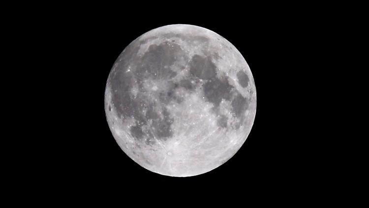 La órbita de la Luna está inclinada respecto al plano orbital de la Tierra en 5 grados.