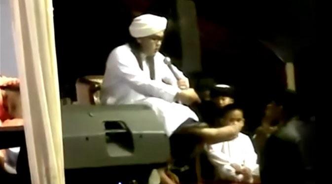 Video Ustad Hariri Mengamuk Dan Injak Kepala Operator di YouTube