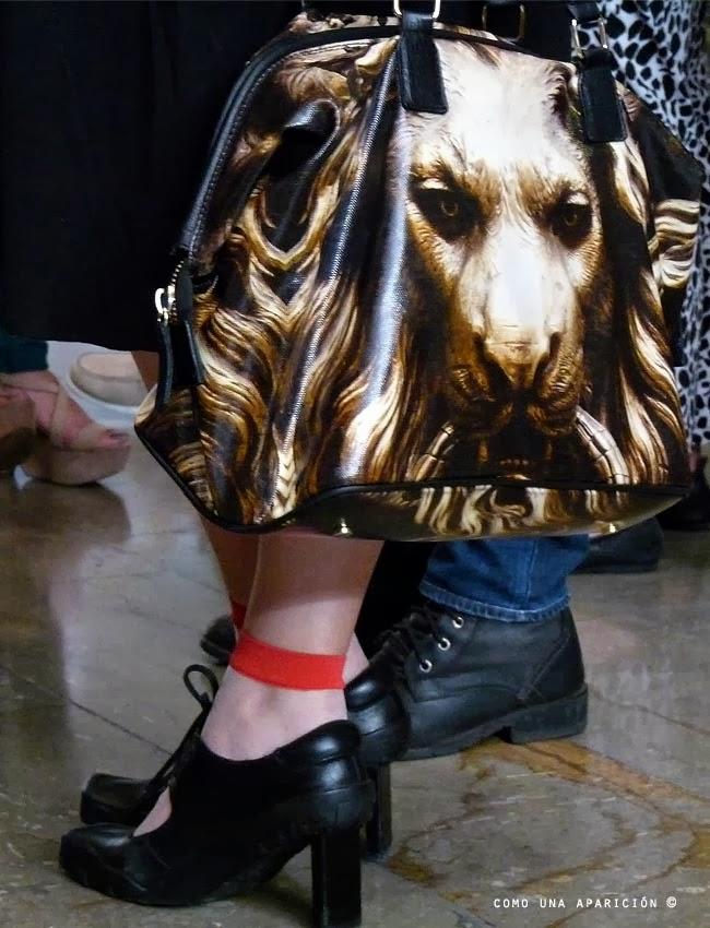fashion-women-accesories-lion-printed-bags-black-shoes-como-una-aparición