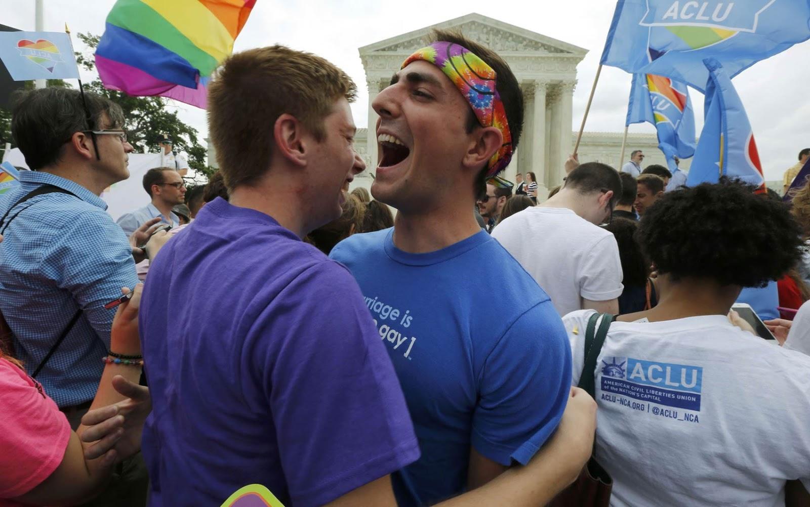 Apoiadores da luta por direitos LGBT celebram em frente ao prédio da Suprema Corte dos EUA em Washington DC, após a provação do casamento entre pessoas do mesmo sexo para todo o país.