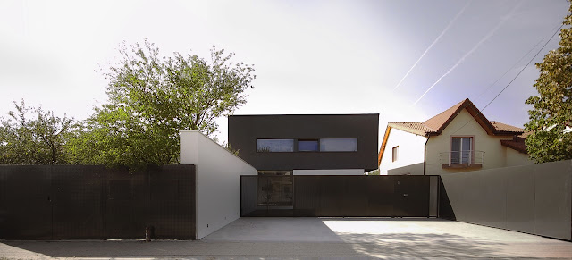 Black On White House by Parasite Studio as seen from the street