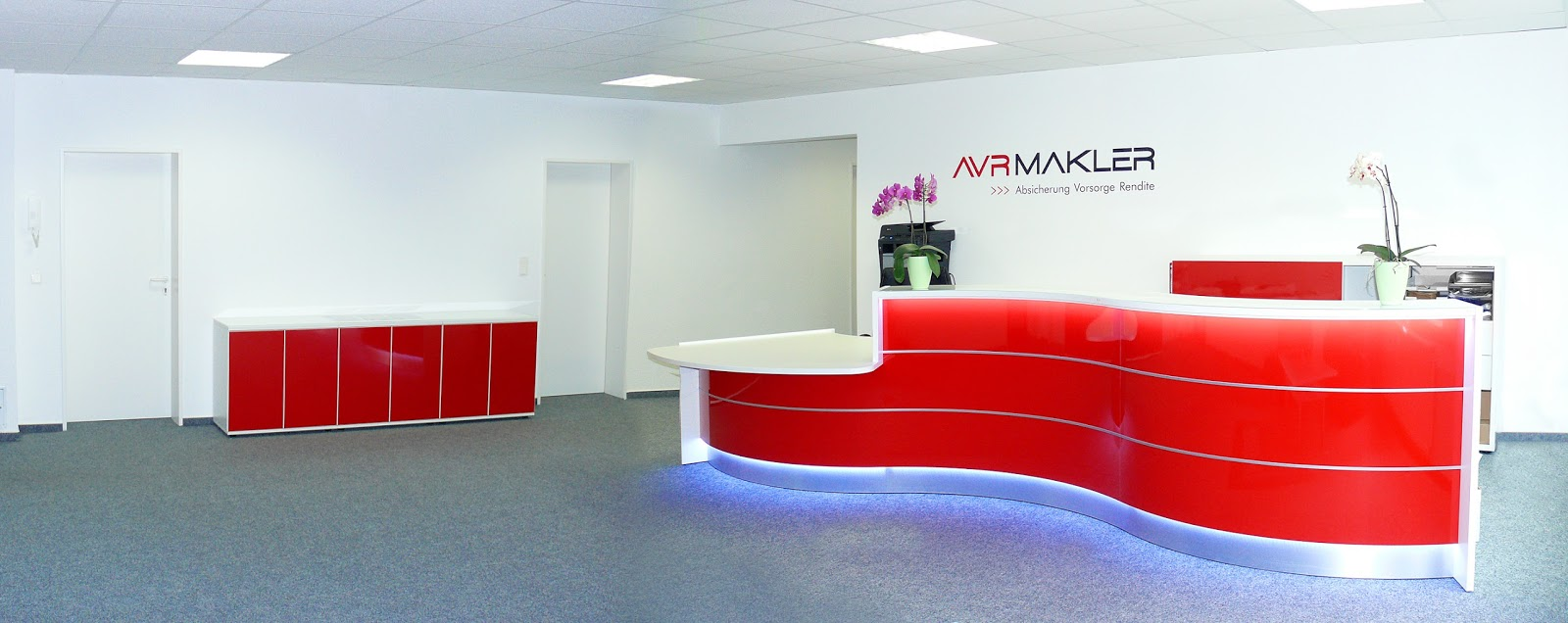 Colour up your office !: Rote Empfangstheke und Büroschränke in ...