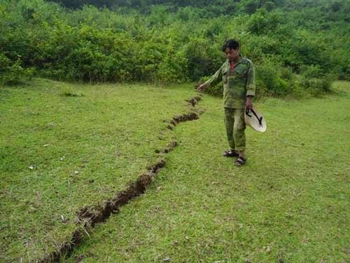 Hà Tĩnh: Xuất hiện vết nứt dài 600m sau bão số 11