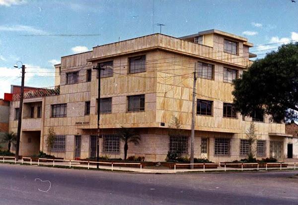 Edificio Narváez, esquina del barrio Villemar, Fontibón, en junio de 1964. Calle 1 con segunda.