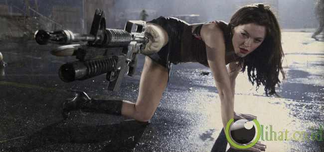 Bercinta Dengan Wanita Berkaki Pistol