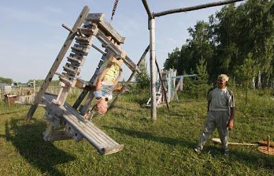 TITOV melihat anaknya menguji salah satu peralatan kecergasaan yang diciptanya di pekarangan rumah mereka di Novopyatnitskoye kelmarin.