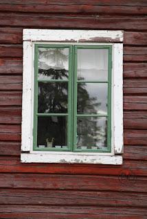 sned fönsterkarm på timmerhusets gavel