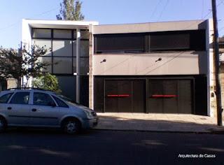 Fachada de una vivienda de barrio estilo Contemporáneo
