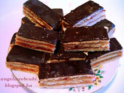 Zserbó recept, karácsonyi sütemény, dióval és gyümölcslekvárral töltve valamint csokoládémázzal lekenve.