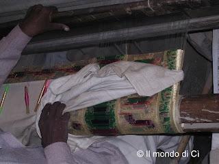 La tessitura della seta a Benares con filigrana d'oro