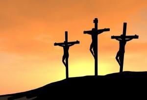 """Cette image montre trois croix avec des personnes, hommes ou femmes accrochés dessus, des crucifiés. Ils sont au nombre de trois et rien n'indique que Jésus Christ n'est pas l'un d'eux. On aperçoit seulement la silhouette de ces crucifiés qui se détache en noir sur un fond dominé par les tons orangés et jaunes, ce qui donne l'impression qu'on assiste au lever du soleil et que les suppliciés sont là depuis un long moment. La venue de l'aube synonyme de renaissance, de renouveau et d'espoir est d'autant plus cruelle pour eux, qui n'ont absolument aucune chance de s'en sortir, d'échapper à cette cruelle fin. L'aube n'est pour eux que l'assurance d'un nouveau jour de souffrance, d'une agonie prolongée. Cette superbe et émouvante image accompagne le poème concis """"Golgotha"""" du Marginal Magnifique. En fait les crucifiés symbolisent la plupart des êtres humains qui luttent au quotidien pour leur survie, lutte toujours d'actualité en société. Ces crucifiés symbolisent la dureté de l'existence : le long chemin de la vie est comme la montée au Golgotha, emplie de souffrances, avec à la fin l'agonie et la mort. Un poème peu joyeux donc mais qui porte à réflexion et destiné à nous faire prendre conscience de certaines choses, comme toujours avec cet excellent Marginal Magnifique !"""