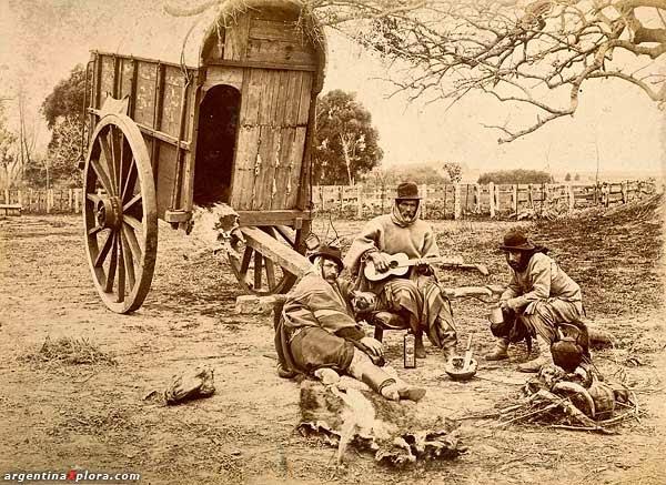 Hábiles jinetes y criadores de ganado, se caracterizaron por su destreza física, su altivez, su carácter reservado y melancólico.