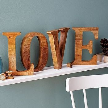 Decorar con letras un estante