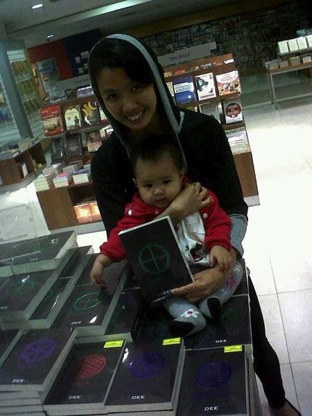 saat Dwi dan Ara membeli novel terbaru Dewi berjudul Partikel