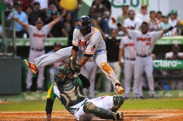 Gigantes del Cibao vencen a las Estrellas Orientales cinco carreras a una y dominan la serie final del béisbol otoño-invernal dominicano.