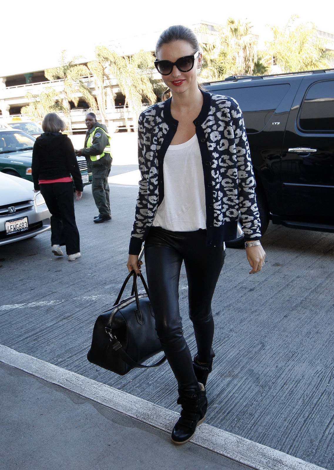 http://2.bp.blogspot.com/-mqtANJlztPU/UQRXApIewjI/AAAAAAAAHcE/H1TEPQ0OY1Y/s1600/70381_Miranda_Kerr_at_LAX_Airport_in_Los_Angeles_CA_January_15_2013_007_122_148lo.jpg