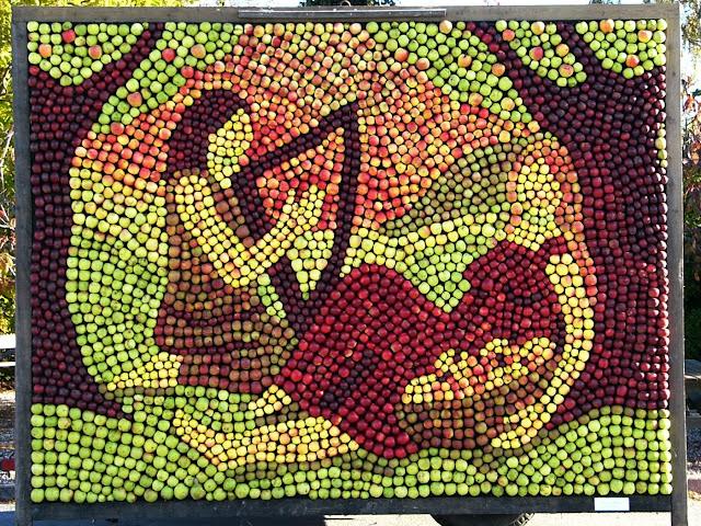De nordiske guder Idun og Brage udført af Lotte Rosenkilde i æbler fra Fejø