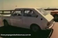 Propaganda do Fiat 147 sendo desafiado a atravessar a ponte Rio-Niterói com apenas 1 litro de gasolina.