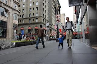 Christkind und Max laufen durch San Fransisco