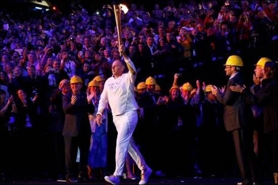 Sir-Steve-Redgrave-membawa-obor-olimpik