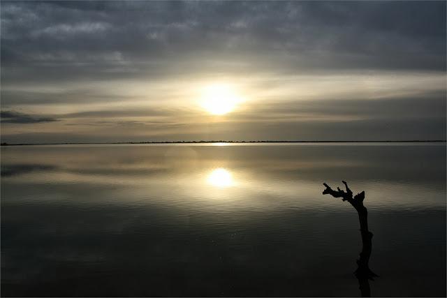 El sol ya se refleja sobre las tranquilas aguas