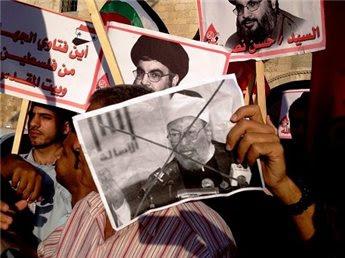 صورة للقرضاوي رفعها متظاهرون امس في خان يونس للتنديد بالعدوان على سوريا وانتقاد فتاوى للقرضاوي