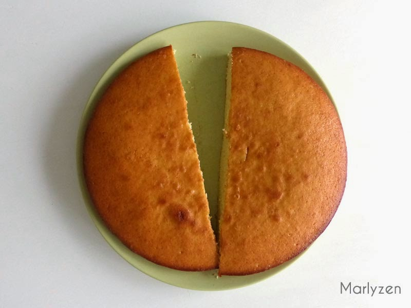 Coupez le gâteau au yaourt en 2.