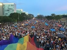 Parada LGBT fecha rua em Brasília e cita vítimas de atentado em Orlando