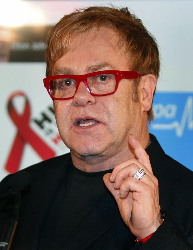 Elton John faz discurso no Dia Mundial da AIDS em Sydney, Austrália em 1/12/11 (Foto: Reuters)