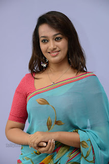 Esther Noronha Pictures in saree 003.jpg
