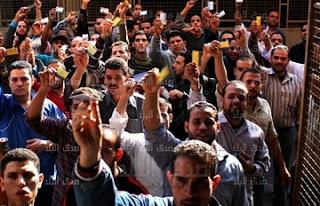 الان عمال شركة كريستال عصفور فى طريقهم في مظاهرة حاشدة إلى مبنى الاذاعة والتليفزيون