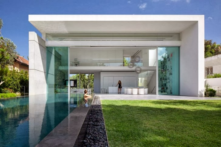 Swimming pool in White Ramat Hasharon House by Pitsou Kedem Architects