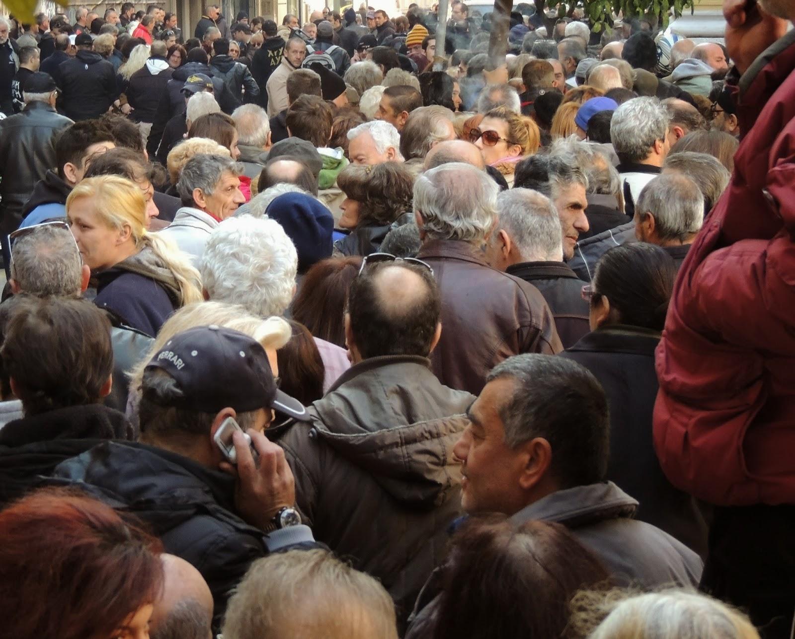 Εορταστική διανομή τροφίμων στον Πειραιά - Η Χρυσή Αυγή στο πλευρό των Ελλήνων