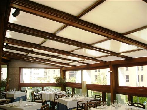 Instalacion de techo m vil vidrio reflectante y mateado - Cubiertas de cristal para terrazas ...