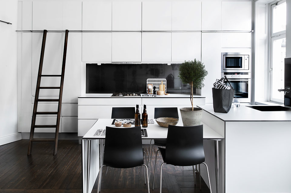 escapade: Listed: A black + white apartment in Odenplan, Stockholm