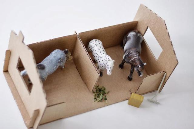 DIY establo de juguete con una caja de zapatos, cardboard stables made from a shoebox