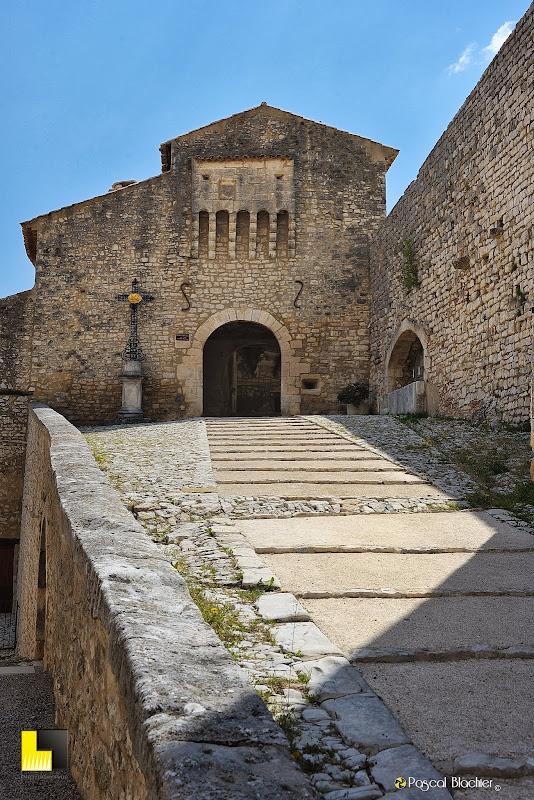 la porte du XIV e siecle avec sa bretèche photo pascal blachier