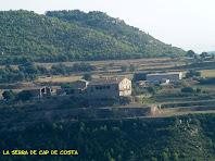 A l'altra banda de la vall tenim la masia de la Serra de Cap de Costa