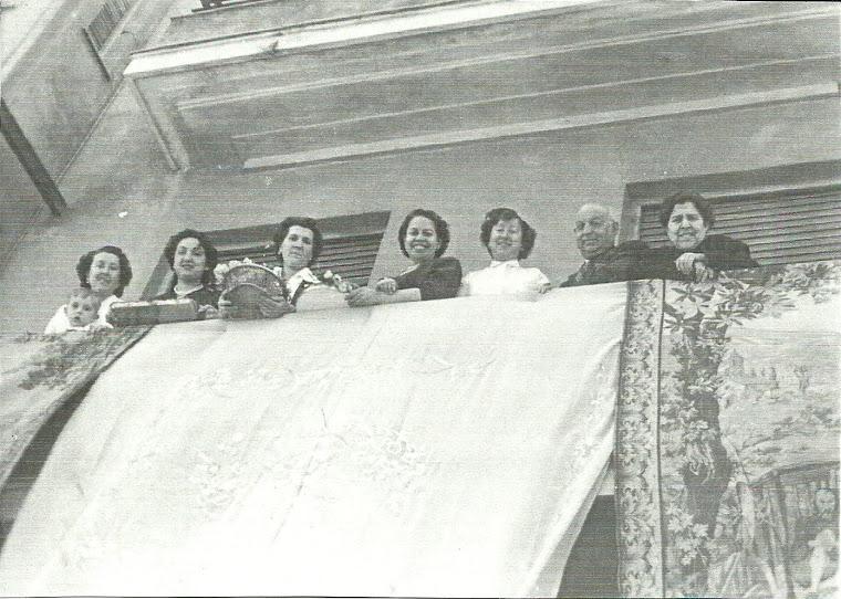 LAURITA CON SU TIA LUISA Y UNOS AMIGOS EN LA PROCESION DEL CORPUS.