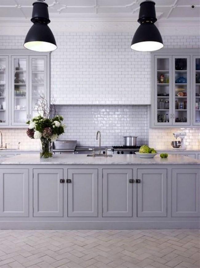 como hemos podido comprobar al largo de varias fotos una buena forma de sacar provecho al color gris en tu cocina es apostando por azulejos tipo subway