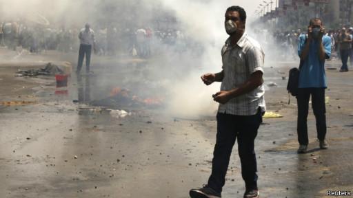 Tindakan aparat keamanan membubarkan aksi pro-Morsi menimbulkan banyak korban.