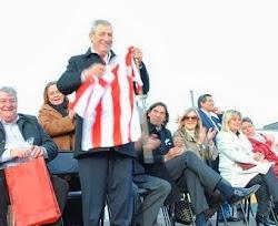 Lobos festejo sus 211 años y El Intendente recibio de regalo la Camiseta de Rivadavia